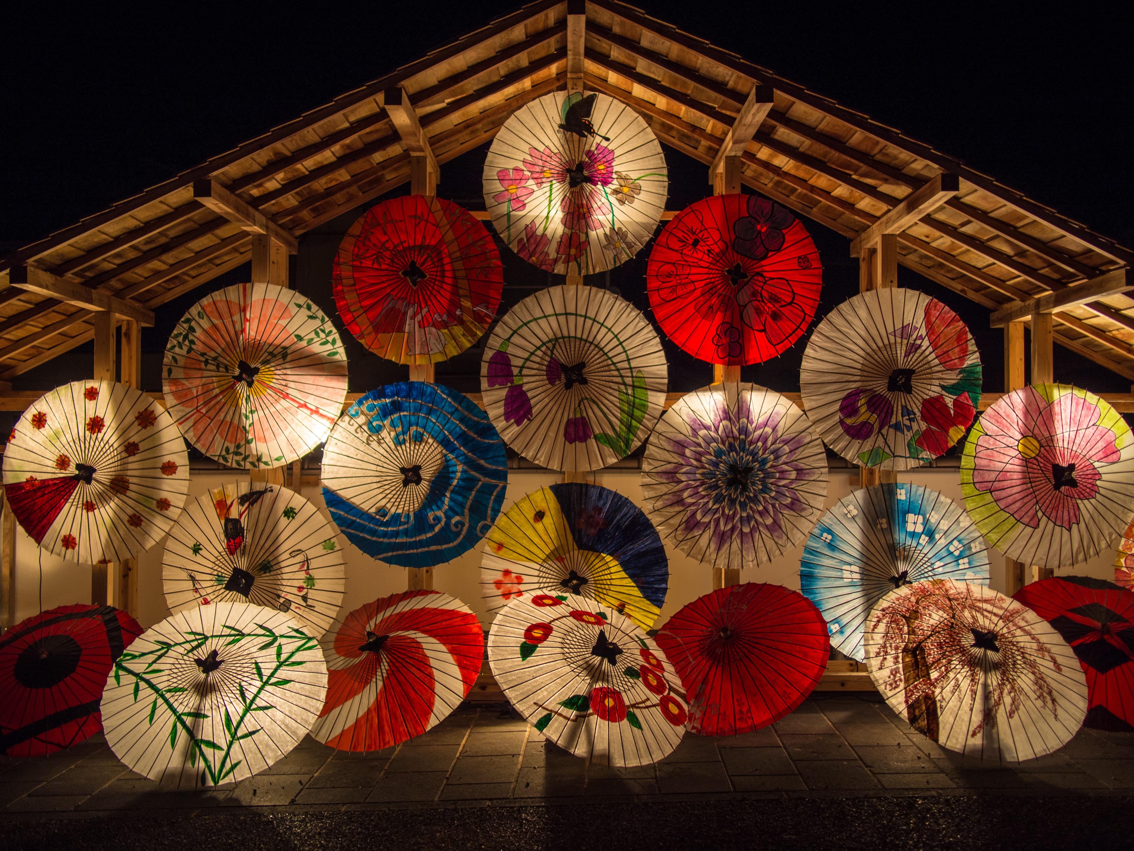 Japanese-umbrellas - by DeltaWorks - Pixabay